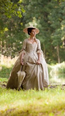 Mademoiselle de Joncquières : Cécile de france porte un chapeau de paille naturelle (bord capeline et petite calotte conique courte)